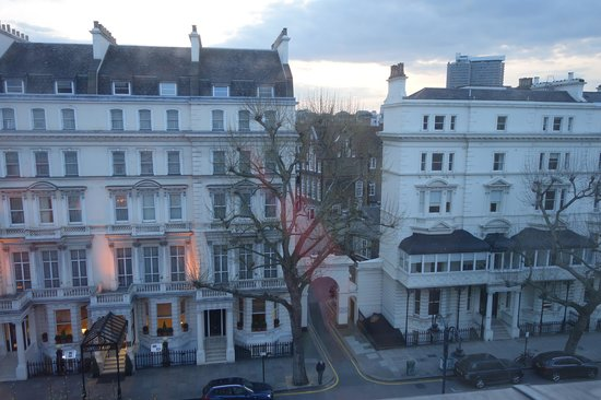 The Kensington Hotel: View of Queens Gate street from our room