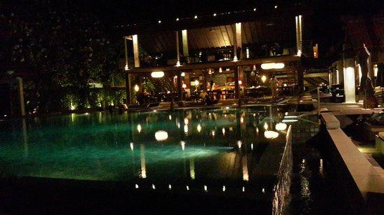 Le Meridien Koh Samui Resort & Spa: restaurant night lighting