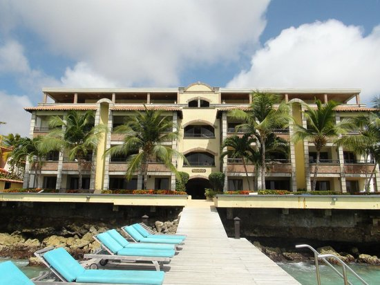 Bellafonte Luxury Oceanfront Hotel: Back of building - Jr Suites are in the center