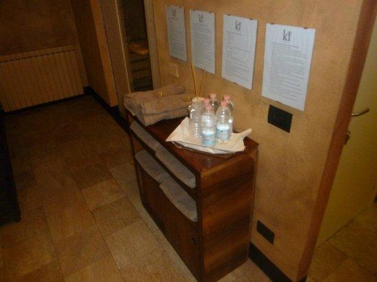 Grand Hotel Nizza et Suisse : mobiletto con il regolamento, gli asciugami e l'acqua - spa