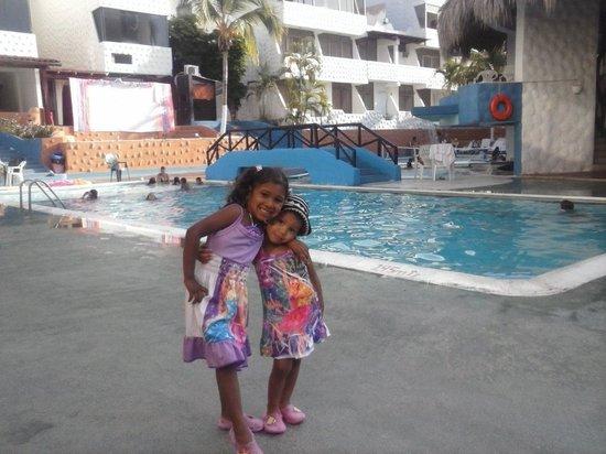Hotel Puerta Del Sol Playa El Agua: mis hijas disfrutando de la piscina