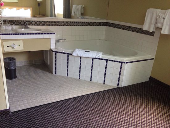 Travelodge Ukiah: Tub in king room