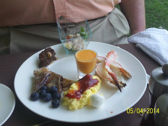 Luca Restaurant : Crab legs, carrot gazpacho, scrambled eggs and a small crepe