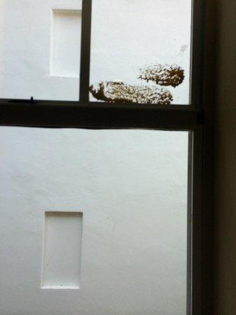 Impala Hotel: macchie sui vetri delle finestre della scale