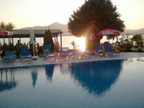 Cliff Bay Hotel: Sunset over the pool