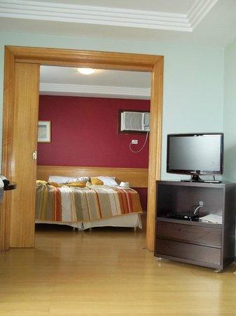 Sol da Barra Apart Hotel: uma porta de correr divide a sala do quarto.