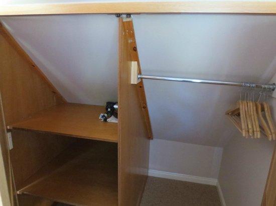 The Torridon Inn : Room 23 - plenty of storage!