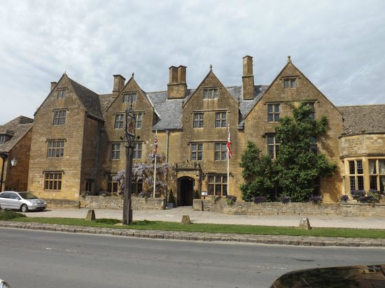 The Lygon Arms: front of hotel