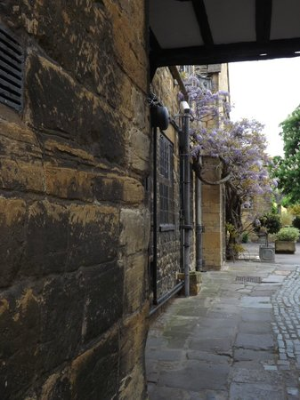 The Lygon Arms: view towards the courtyard