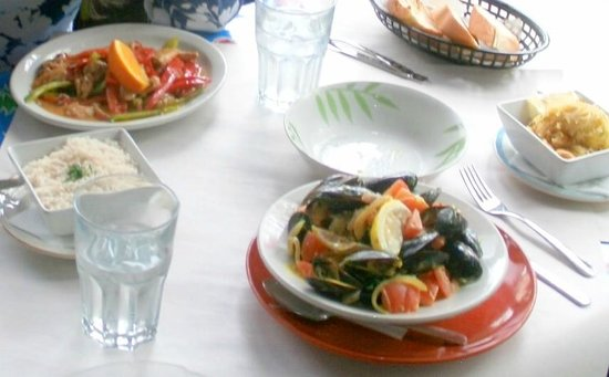 Santiago's Cafe: Mussels and a Chicken Curry - we're just getting started