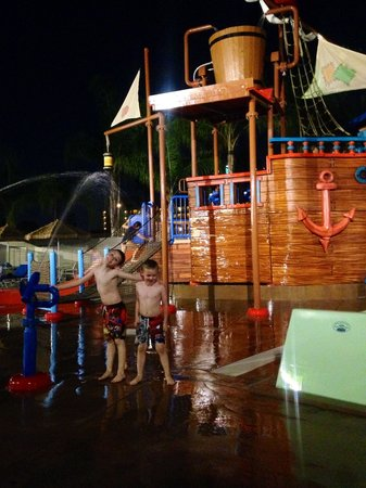Howard Johnson Anaheim Hotel and Water Playground : Fun at Pirate Cove Waterpark