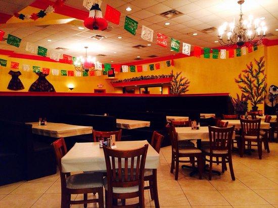 Carreta's Grill: Large restaurant left side
