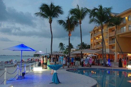 Grand Cayman Marriott Beach Resort: Evening at pool side