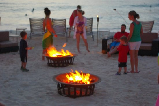 Grand Cayman Marriott Beach Resort: Beach side s'mores nightly for the kids