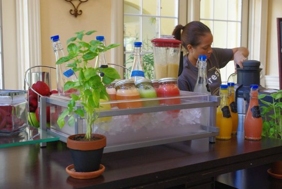 Grand Cayman Marriott Beach Resort: Fresh smoothies made to order in the lobby