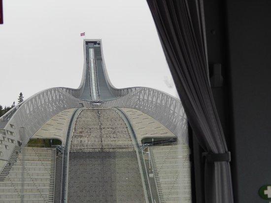 Museo de Esquí Holmenkollen y Torre del trampolín: трамплин. вид из окна автобуса