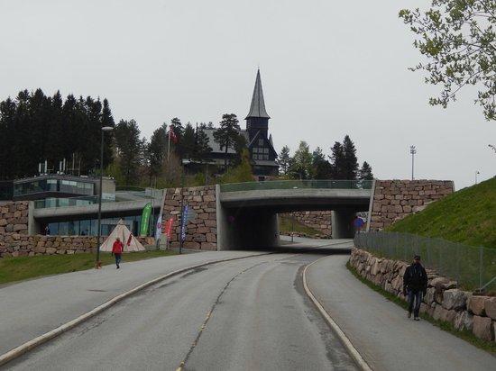Museo de Esquí Holmenkollen y Torre del trampolín: кирха, где бывает королевская семья и мост, который зимой тоже используется лыжниками