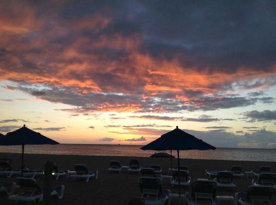 The Hamilton Beach Villas & Spa: sunset from beach