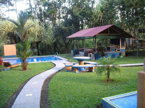 Cerro Chato Eco Lodge: Garden and pool