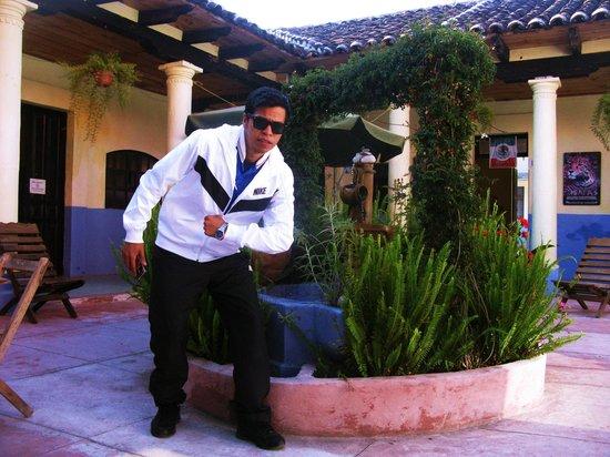 Hostal La Casa de Paco : Alan en el patio central