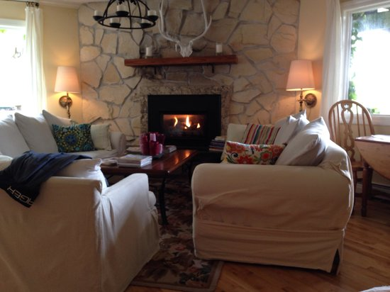 Salmonberry Inn & Beach House: Snuggle by the fire