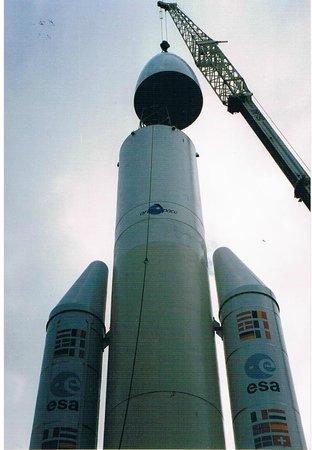 Cité de l'espace : Montage de l'ogive sur le corps de la fusée