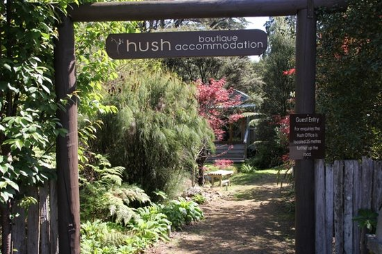 Hush Boutique Accommodation: Lovely walkways and gardens