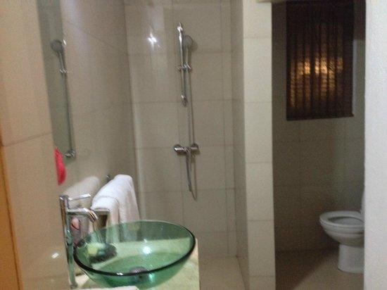 Jimbaran Bay Beach Residence : Shower