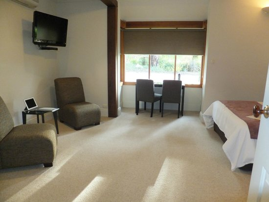 The Paddocks: beautifully appointed room