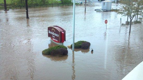 Residence Inn Philadelphia Conshohocken: May 01, 2014 flood outside the RI in Conshohocken
