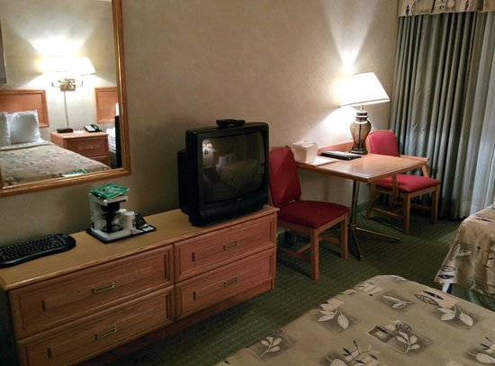 Quality Hotel & Suites Airport East: Room