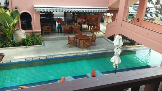 Seaview Patong Hotel: swimming pool and the bar