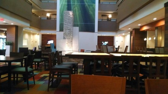 Fairfield Inn & Suites Durham Southpoint: Atrium space