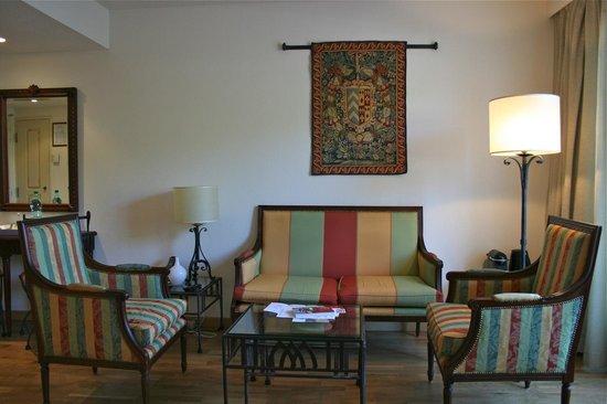 Thames Residence Hotel: Elegant seating area
