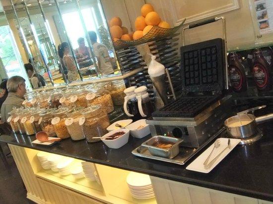 Renaissance Riverside Hotel Saigon: 自分で焼くワッフルが美味しかった♪