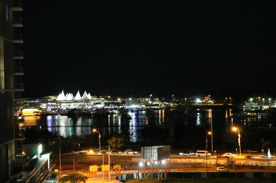 Meriton Serviced Apartments Aqua Street, Southport: Night time view across to The Spit