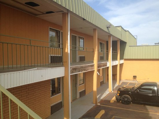 Econo Lodge: Exterior of my room with rotting wood