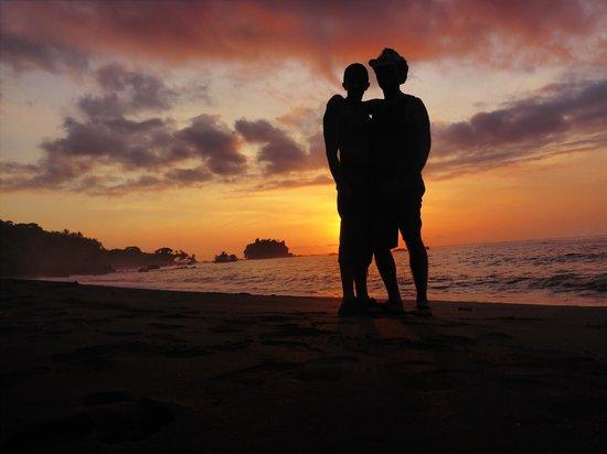 Ecolodge Nautilos: Sunset on the beach