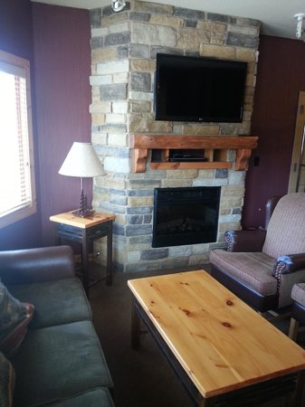 Glacier Canyon Lodge: Living room in 2 Bedroom Deluxe
