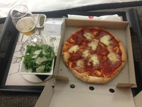 Rydges World Square Sydney Hotel: Room Service - Wood fired Pizza - Diavola