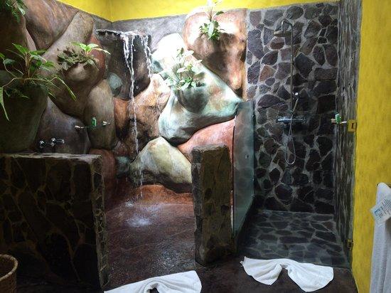 Hotel Mountain Paradise: Waterfall shower