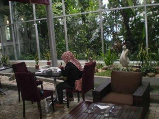 Gino Feruci Kebonjati Bandung: makan di tepi kolam ikan