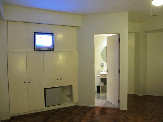 The Clipper Hotel: Deluxe Room, TV & Fridge