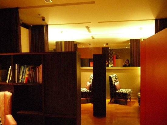 City Suites Taipei Nanxi: 読書スペースです。無料のコーヒーがあります。
