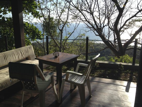 Gumbo Limbo Villas: Outdoor deck and seating area