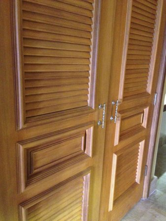 AYANA Resort and Spa: Not luxurious or high-quality; these doors are circa Miami 1985