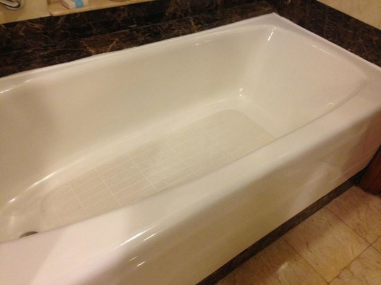 AYANA Resort and Spa: Less-than-average tub