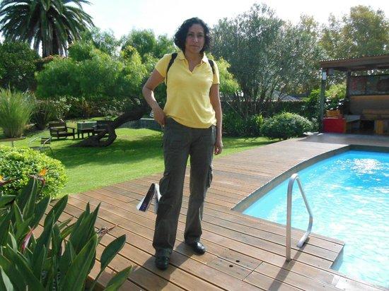 Posada El Capullo : Estamos en el estupendo jardín y pileta ¡frente a nuestra habitación!