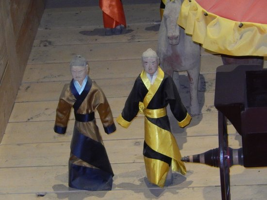 Tomb of Emperor Jingdi (Hanyangling): Silk clad nobles with wooden arms.