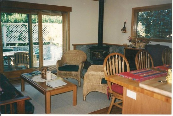 Ferrando's Hideaway Cottages: Cottage Living Room